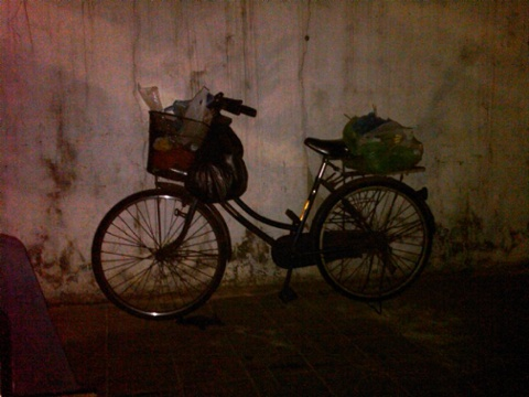 Day 16 eating meat and drinking beer on the street delivery bike2